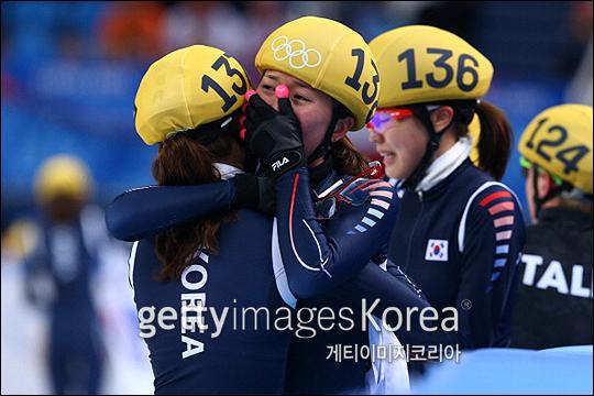 지난 소치 동계올림픽에서 쇼트트랙 계주 금메달을 차지한 여자 대표팀이 기쁨의 눈물을 흘리고 있다. ⓒ 게티이미지