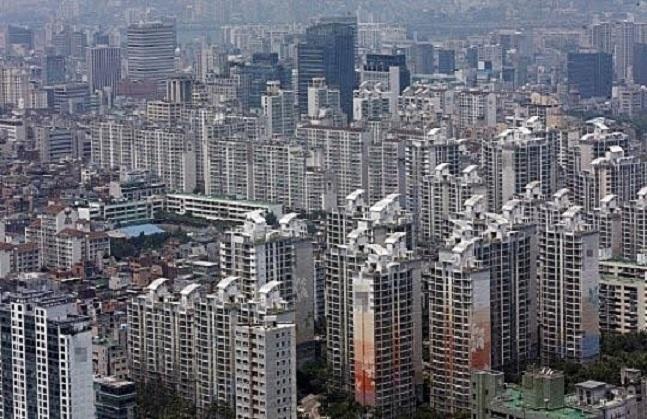 9일 국토교통부에 따르면 지난해 서울지역 전체 주택 인허가 실적은 11만3000가구를 기록했다. 이는 지난 2003년(11만6000가구) 이후 14년 만에 최대치다. 서울에 위치한 한 아파트 단지 전경. ⓒ데일리안