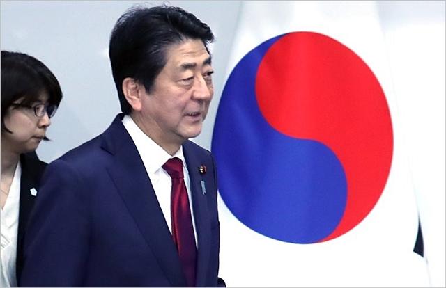 아베 신조 일본 총리가 평창동계올림픽 개막식이 열리는 9일 오후 강원도 용평 블리스힐스테이에서 문재인 대통령과 정상회담을 하기 위해 입장하고 있다. ⓒ연합뉴스