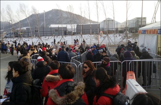 평창동계올림픽 개막식을 보기 위해 몰려든 관중들이 입장을 위해 줄을 서고 있다. ⓒ 데일리안 김평호 기자