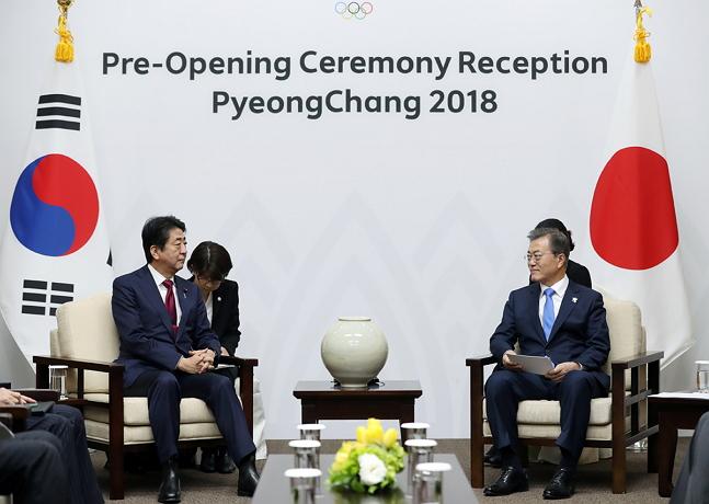 문재인 대통령과 아베 신조 일본 총리가 9일 오후 한일 정상회담에서 대화를 나누고 있다. ⓒ청와대