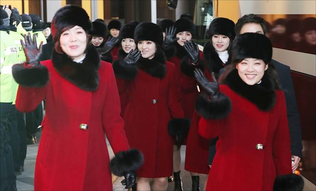 방남 일정을 마친 북한 예술단이 12일 오전 서울 광진구의 한 호텔에서 북측으로 돌아가기 위해 대기중인 차량으로 이동하고 있다. ⓒ데일리안 홍금표 기자
