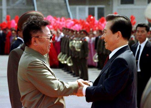 지난 2000년 6월 김대중 대통령과 김정일 국방위원장이 만나 악수하고 있다. ⓒ연합뉴스