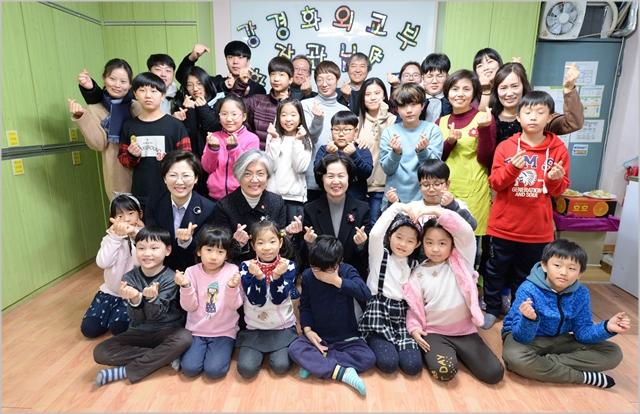 강경화 외교부 장관이 12일 서울시 양천구 소재 '한누리 학교 지역아동센터'에 방문해 어린이들과 함께 기념사진을 촬영하고 있다. ⓒ외교부