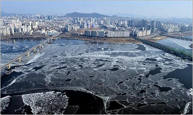 전국적으로 최강추위가 엄습해 강추위가 절정에 이른 가운데 한파특보가 전국으로 확대된 지난달 24일 한파경보가 내려진 서울에서 아침 최저기온 영하 18도를 기록하고 한강이 꽁꽁 얼어붙어 있다. ⓒ데일리안 박항구 기자