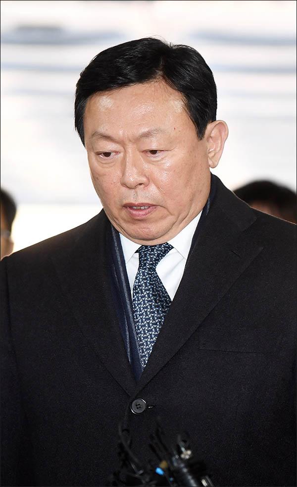 신동빈 롯데그룹 회장. 그는 13일 뇌물공여 혐의의 1심 선고공판에서 징역 2년 6월을 선고받았다. 법정구속됐다. ⓒ데일리안