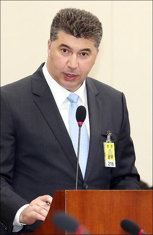 카허 카젬 한국지엠 사장이 2017년 10월 23일 국회에서 열린 국회 정무위원회의 한국산업은행, 중소기업은행 등에 대한 국정감사에서 증인으로 출석해 의원들의 질의에 답변하고 있다. ⓒ데일리안 박항구 기자