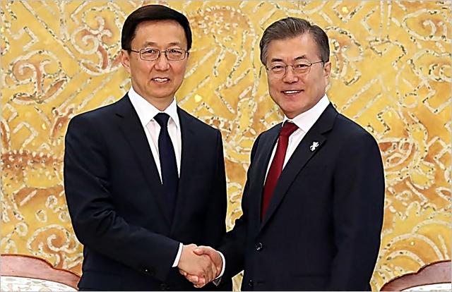 시진핑 중국 국가주석의 특별대표 자격으로 방한한 한정 상무위원이 지난 8일 오후 청와대에서 문재인 대통령을 만나 악수하고 있다. ⓒ연합뉴스