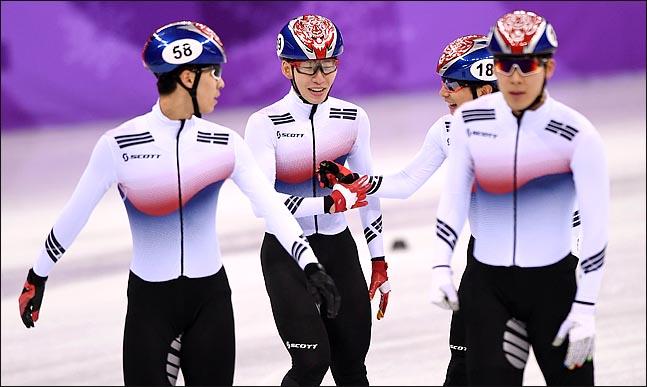 남자 쇼트트랙 대표팀이 5000m 계주에서는 금메달이라는 공동의 목표를 위해 달렸지만 1000m에서는 치열한 경쟁을 펼치게 됐다. ⓒ2018평창사진공동취재단