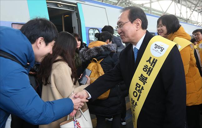 정의당 이정미 대표, 노회찬 원내대표 등 정의당 의원들이 14일 서울역에서 귀성길에 나선 시민들과 인사를 나누고 있다. ⓒ데일리안 홍금표 기자