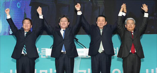 국민의당 통합파와 바른정당이 바른미래당을 창당했다. 왼쪽부터 안철수 국민의당 전 대표와 유승민·박주선 바른미래당 공동대표, 김동철 바른미래당 원내대표. ⓒ데일리안 홍금표 기자