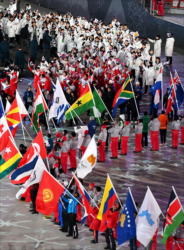 25일 오후 강원도 평창 올림픽스타디움에서 17일간의 여정을 마무리하며 대단원의 막을 내리며 열린 2018 평창동계올림픽의 폐회식에서 참가국 깃발과 선수단이 입장하고 있다. ⓒ2018평창사진공동취재단