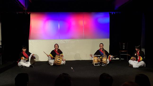 재스웨덴 한국학교 황덕령 교사와 학생들이 펼치는 사물놀이 공연. (사진 = 이석원)