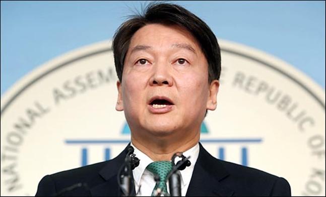 안철수 당시 국민의당 대표가 지난해 12월20일 국회 정론관에서 바른정당과 통합을 위한 전 당원투표를 발표하고 있다. (자료사진) ⓒ데일리안 박항구 기자