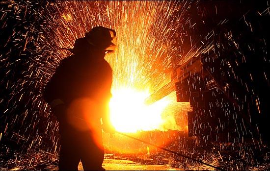 충남 당진 현대제철 일관제철소 전기로에서 한 노동자가 쏟아지는 전기불꽃속에서 일하고 있다. ⓒ데일리안 박항구 기자