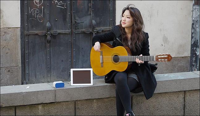 """지난 2014년 스톡홀름 감라스탄을 구경하던 제야는 스웨덴 청년들이 길에서 버스킹을 하는 것을 보고는 근처에서 8만원짜리 기타를 급하게 사서 함께 버스킹을 했다. 물론 제야는 아이패드에 """"저에게는 돈을 주지 마세요""""라고 스웨덴어로 쓴 채. (사진 = 제야 제공)"""