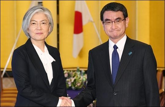 강경화 외교부 장관(왼쪽)과 고노 다로 일본 외무상이 지난 1월 일본 도쿄 이쿠라 공관에서 회담을 앞두고 악수를 하고 있다. ⓒ연합뉴스