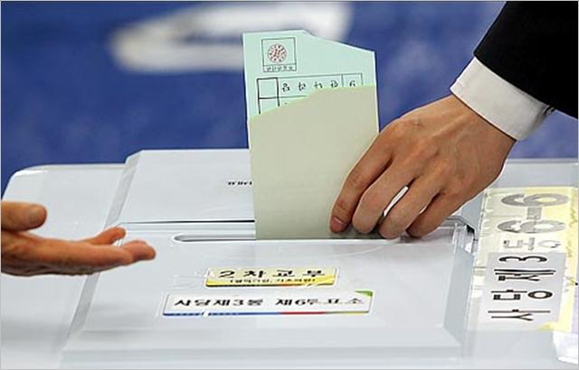 지난 지방선거에서 소중한 한표를 행사하는 모습. ⓒ데일리안 박항구 기자