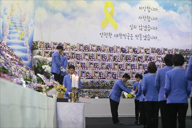 4.16 세월호 참사 4주기인 16일 경기도 안산 정부합동분향소에서 희생자들의 영정과 위패가 옮겨지며