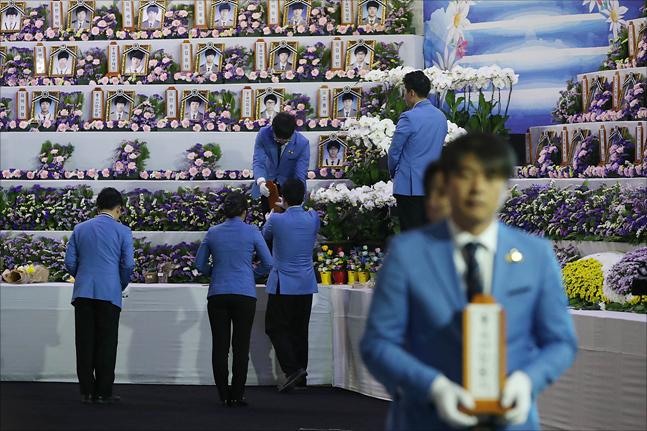 4.16 세월호 참사 4주기인 16일 경기도 안산시 정부합동분향소에서 희생자들의 영정과 위패가 옮겨지며