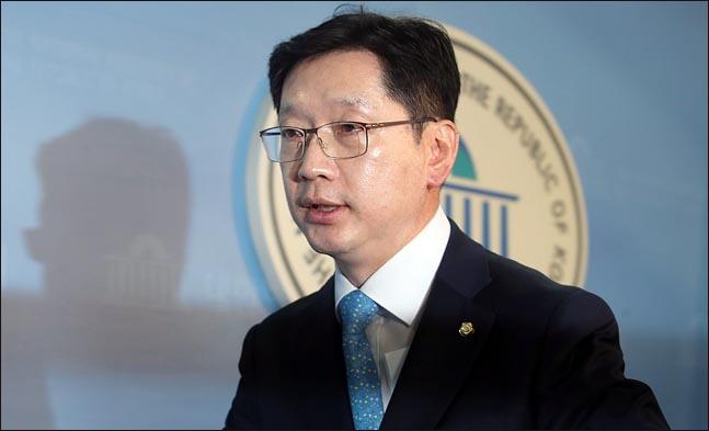 김경수 더불어민주당 의원이 4월 2일 국회 정론관에서 경남도지사 선거 출마를 선언한 뒤 이동하고 있다. ⓒ데일리안 박항구 기자