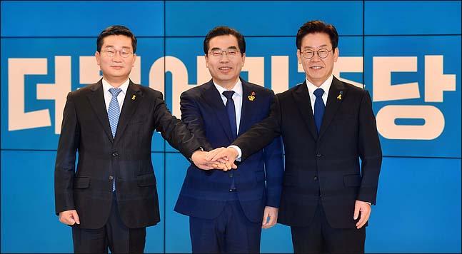 지난 17일 서울 SBS 목동스튜디오에서 열린 6.13 전국동시지방선거 더불어민주당 경기도지사 후보자 경선 TV토론회에서 후보들이 토론에 앞서 함께 포즈를 취하고 있다. ⓒ사진공동취재단