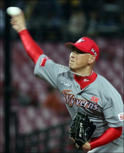 야구팬들은 SK 박정배의 9회말 스트라이크 존이 유독 좁아졌다고 목소리를 높이고 있다. ⓒ 연합뉴스