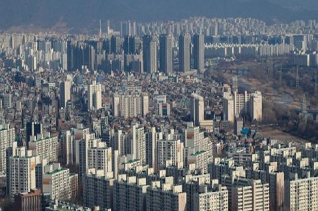 6.13지방선거를 앞두고 후보자 선정이 한창인 가운데 서울시장 당선자의 정책 기조에 따라 달라지는 서울 주택시장 향방에 관심이 쏠리고 있다. 서울 강남 일대 아파트 전경.ⓒ연합뉴스