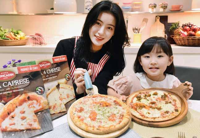 지난 13일 서울 등촌동 홈플러스 본사에서 모델들이 온라인마트 전용 '론카딘 냉동피자' 2종을 선보이고 있다.ⓒ홈플러스