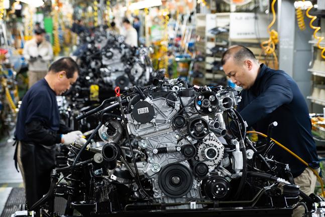 쌍용자동차 평택공장 조립 3라인에서 근로자들이 프레임에 엔진 등 구동부품을 조립하고 있다.ⓒ쌍용자동차