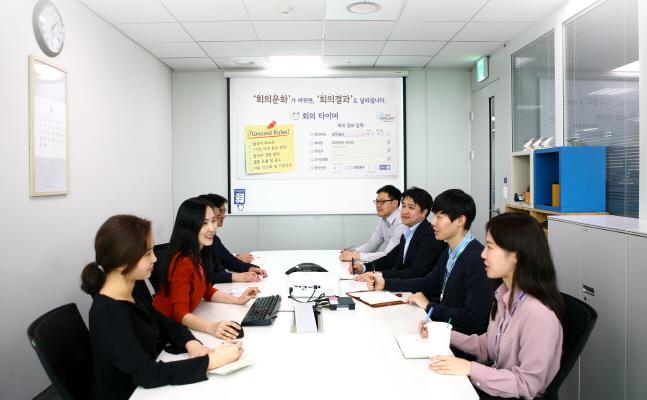 삼성디스플레이 직원들이 최근 도입한 전사 회의 관리 시스템