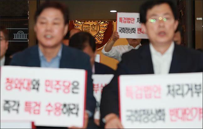 14일 오후 서울 여의도 국회에서 민주당 의원들은 본회의장에 입장했지만 자유한국당 의원들이 드루킹 특검을 주장하며 계속해서 연좌농성을 벌이고 있다. 잇따른 여야간 정쟁으로 국회는 장기간 공전 상태였다. ⓒ데일리안 류영주 기자