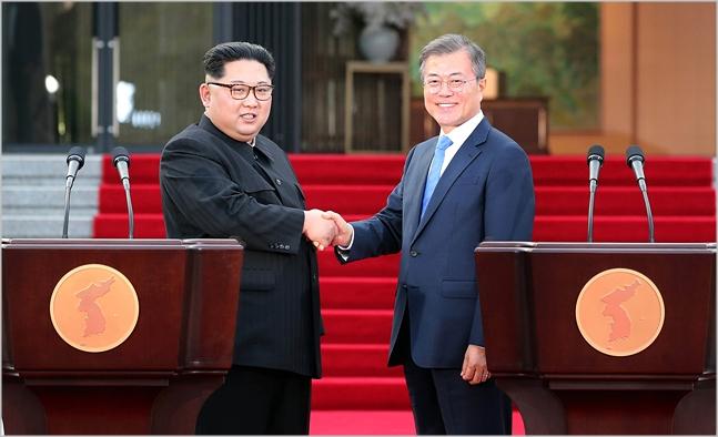 문재인 대통령과 김정은 북한 국무위원장이 지난달 27일 '판문점 선언문'에 대한 입장발표를 마친 뒤 악수하고 있다. ⓒ한국공동사진기자단