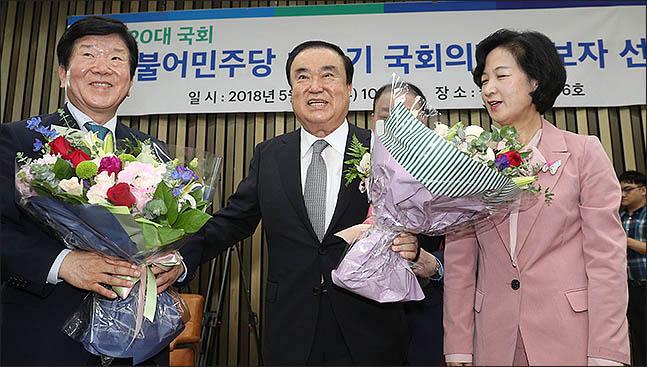 16일 더불어민주당 국회의장 후보자 선거가 치뤄진 가운데 후보자로 선정된 문희상 의원이 축하를 받고 있다. ⓒ데일리안