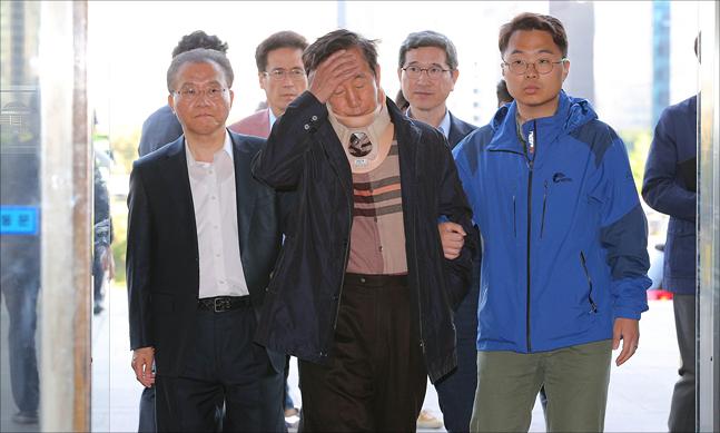 단식농성중인 김성태 자유한국당 원내대표가 지난 8일 오후 국회에서 교섭단체 4당 원내대표 협상에 참석하기 위해 이동하고 있다.(자료사진) ⓒ데일리안 홍금표 기자