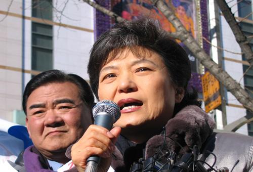 박근혜 한나라당 대표가 지난 2005년 12월 13일 서울 명동에서 ´사학법 장외투쟁´ 규탄대회를 갖고 노무현 정부를 맹렬히 비난하고 있다.(자료사진)ⓒ데일리안 DB