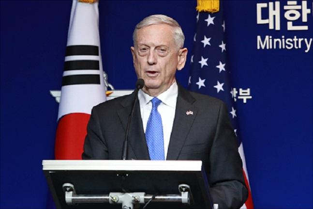 """15일(현지시각) 미국 국방부 로버트 매닝 대변인은 북한이 맥스선더 훈련을 비난하며 예정된 고위급회담을 중단한 데 대해 """"이러한 방어훈련은 한미동맹의 정례적 일상의 한 부분""""이라는 입장을 밝혔다. 사진은 지난해 국방부에서 열린 한미연례안보협의회(SCM) 확대회담 후 공동기자회견을 갖는 제임스 매티스 미국 국방부 장관. ⓒ데일리안 홍금표 기자"""