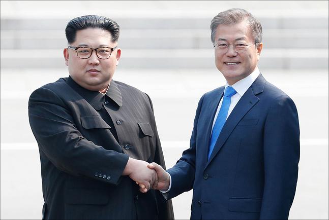 지난달 27일 판문점에서 문재인 대통령과 김정은 북한 국무위원장이 인사를 나누고 있다. ⓒ한국공동사진기자단