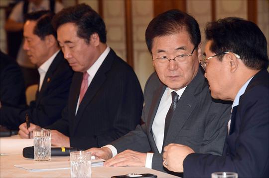 정의용 국가안보실장이 2017년 9월 5일 서울 종로구 총리공관에서 열린 북핵관련 긴급 안보 고위 당정청 회의에서 대화를 하고 있다. ⓒ데일리안
