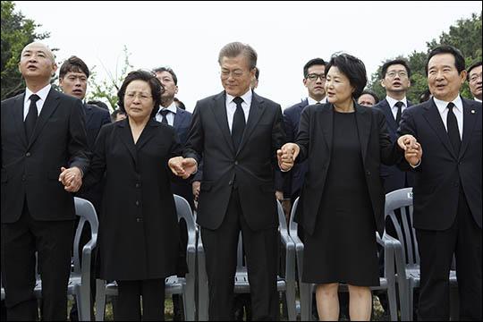문재인 대통령이 2017년 5월 23일 오후 경남 김해시 봉하마을 대통령 묘역에서 열린 노무현 전 대통령 8주기 추도식에서 참석자들과 함께 임을 위한 행진곡을 부르고 있다. ⓒ노무현재단 제공