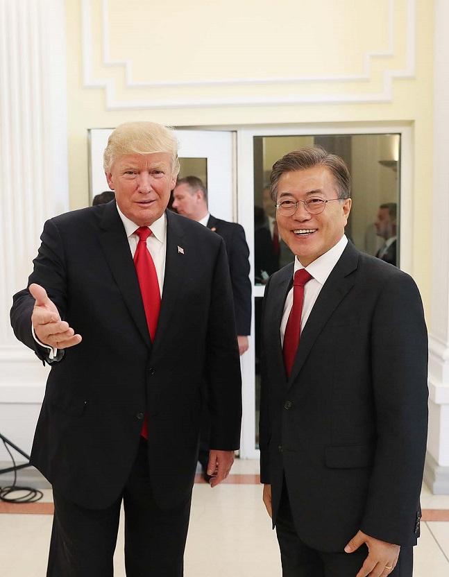 문재인 대통령이 김정은 국무위원장과 핫라인 통화가 이뤄질 경우, 도널드 트럼프 대통령의 입장을 적극 설명하며 설득에 나설 것으로 예상된다.(자료사진)ⓒ청와대