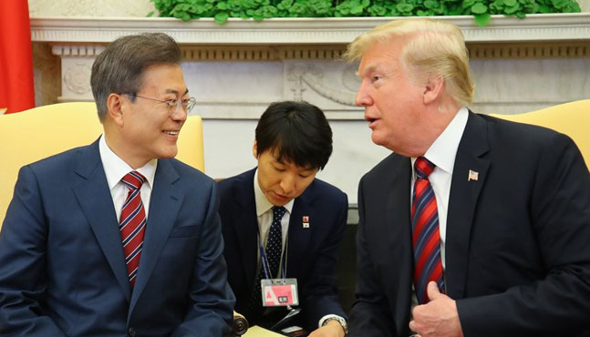 문재인 대통령이 22일 오후(현지시간) 백악관 오벌오피스에서 열린 단독회담에서 도널드 트럼프 대통령과 대화하고 있다.ⓒ연합뉴스