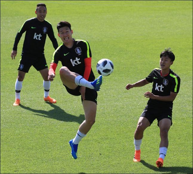손흥민과 이승우가 파주 NFC에서 함께 훈련을 하고 있다. ⓒ 연합뉴스