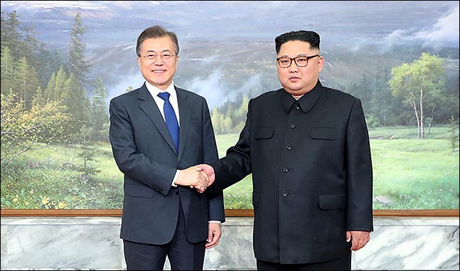 문재인 대통령과 북한 김정은 국무위원장이 26일 오후 판문점 북측지역 판문각에서 만나 악수하고 있다. ⓒ청와대