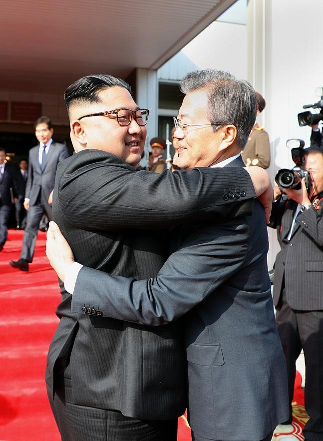 문재인 대통령과 북한 김정은 국무위원장이 26일 오후 판문점 북측 통일각에서 정상회담을 마친 후 헤어지며 포옹하고 있다.ⓒ청와대