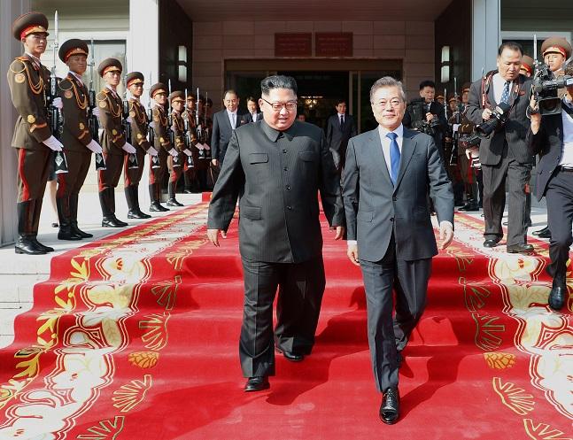 문재인 대통령과 북한 김정은 국무위원장이 26일 오후 판문점 북측지역 통일각에서 만나 회담장으로 이동하고 있다. ⓒ청와대