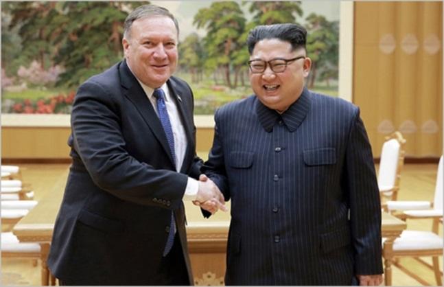 김정은(오른쪽) 북한 국무위원장과 마이크 폼페이오 미국 국무장관이 지난 9일 평양에서 회동하면서 활짝 웃고 있다.(자료사진) ⓒ조선중앙통신