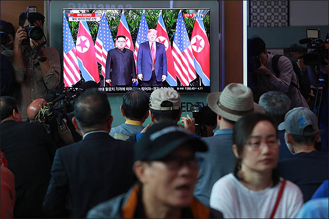 역사적인 북미정상회담이 열리는 12일 오전 서울 용산구 서울역에서 시민들이 김정은 북한 국무위원장과 도널드 트럼프 미국 대통령의 만남을 지켜보고 있다. ⓒ데일리안 류영주 기자