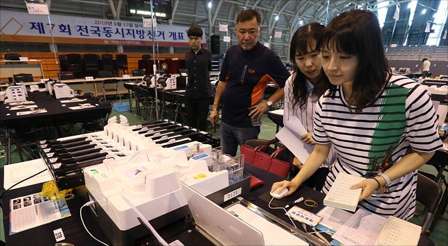 6.13 전국동시지방선거가 하루 앞으로 다가온 12일 서울 서대문구 명지전문대학 체육관에 마련된 개표소에서 선관위 관계자들이 개표 설비를 시험운영하고 있다. ⓒ데일리안 홍금표 기자