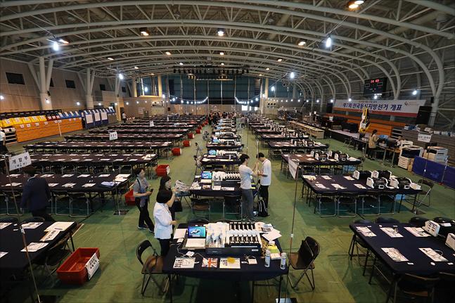 6.13 지방선거가 하루 앞으로 다가온 12일 서울 서대문구 명지전문대학 체육관에 마련된 개표소에서 선관위 관계자들이 개표 설비를 시험운영하고 있다. ⓒ데일리안 홍금표 기자